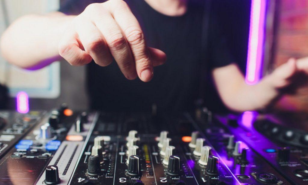 dj pour votre anniversaire table de mixage pour soirée