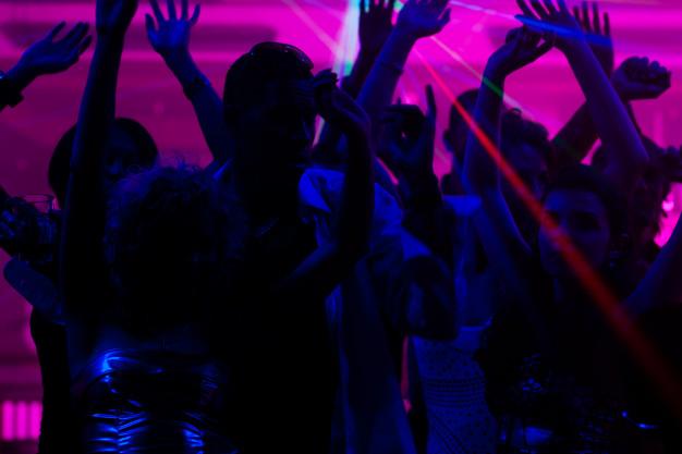 Dj soirée anniversaire, danseur et danseuse et jeux de lumière
